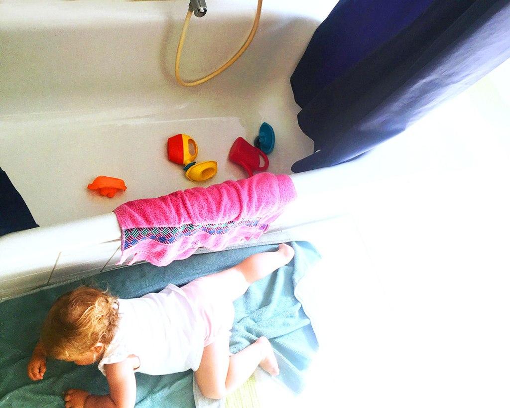 Manchmal sind die Voraussetzungen schlecht, um sich in der Dusche zu verstecken